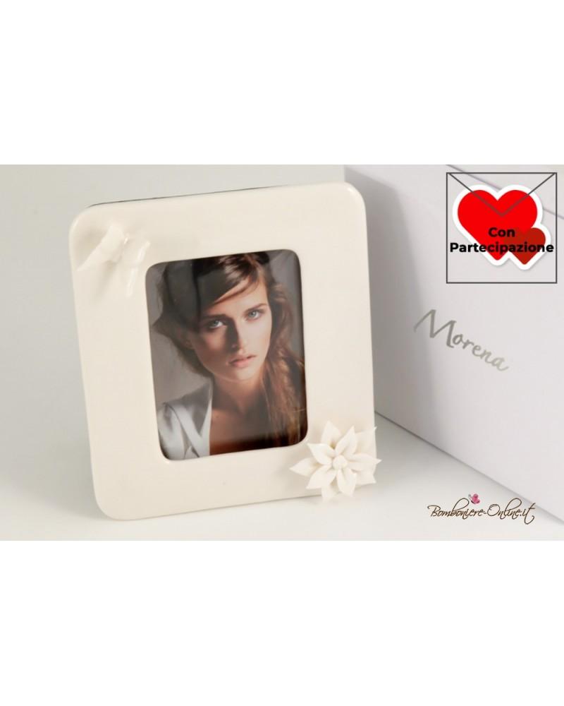 Portafoto in porcellana bianca con farfalla e fiore applicati