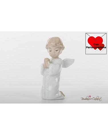 Prima Comunione Morena: Angioletto maschio che prega in ginocchio in porcellana lucida colorata
