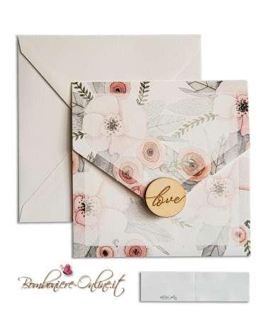 """Partecipazione matrimonio a busta quadrata con sigillo """"Love"""" in legno e fiori stampati"""
