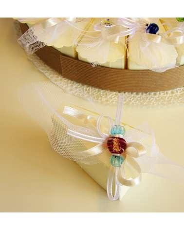 Caramella in vetrofusione su box portaconfetti in cartoncino fetta di torta