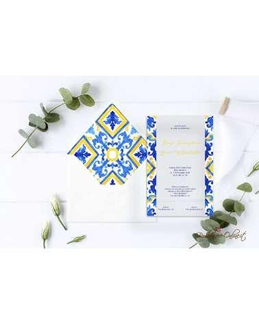 Partecipazione di nozze in plexiglass con motivo bande stile maiolica blu e giallo