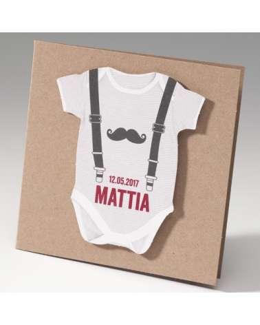 """Inviti battesimo. Biglietto nascita bimbo """"Tutina con bretelle e simpatici baffi"""""""