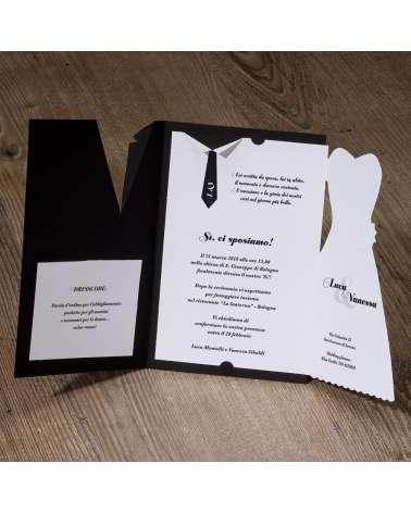 Partecipazione nozze moderna abiti sposi con dettagli perlati