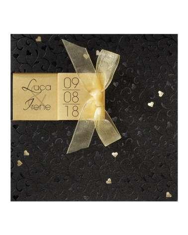 Partecipazione originale con cuoricini dorati su sfondo nero