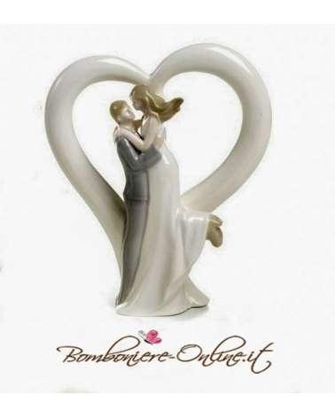 Statuina grande con sposi e cuore in porcellana.