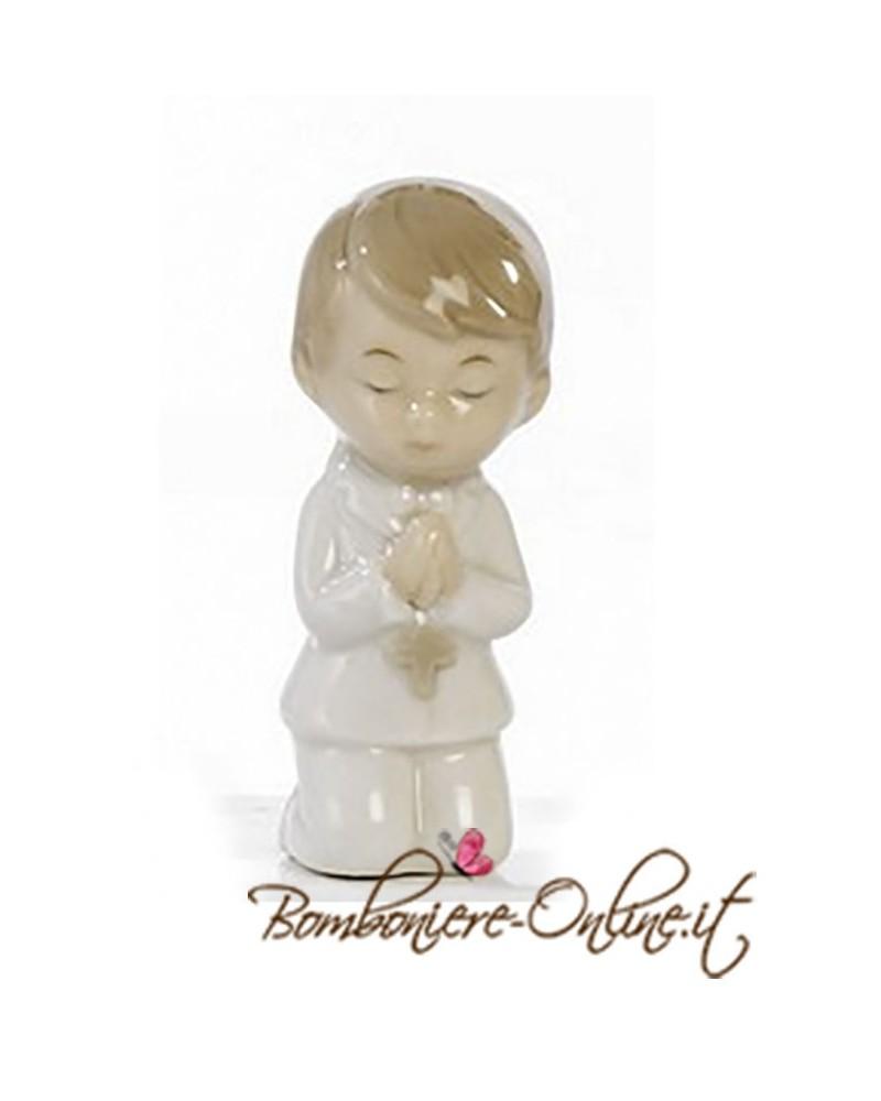 Bimbo inginocchiato che prega.