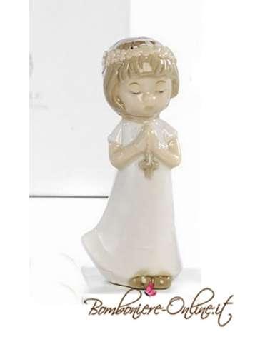 Bimba in piedi che prega.